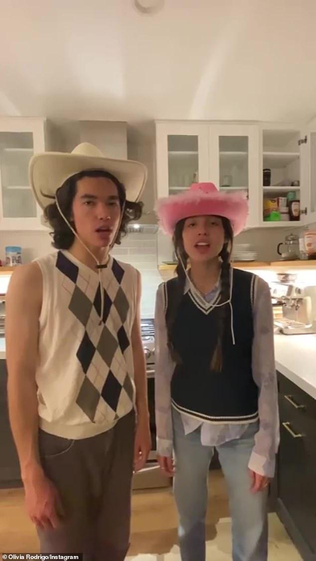 Esa era una ciudad pequeña: Olivia Rodrigo y Conan Gray se burlaron de las nuevas grabaciones de la canción de Swift White Horse en un carrete de Instagram lanzado el jueves por la mañana.