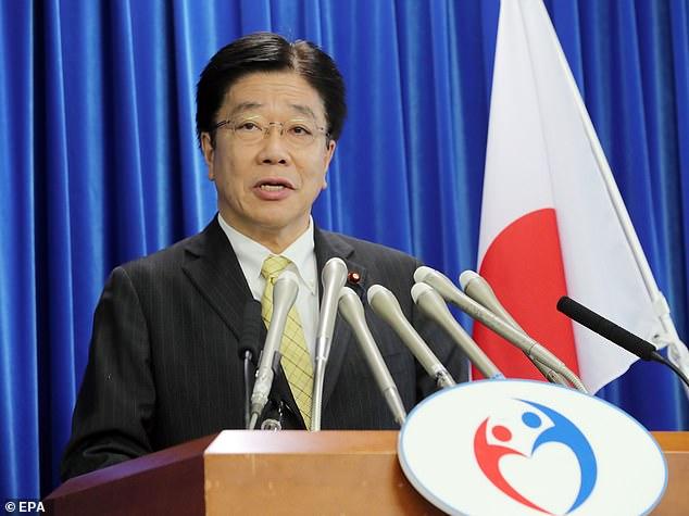 El secretario jefe del gabinete, Katsunobu Kato (arriba), intentó restar importancia a los informes.