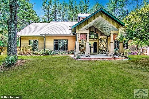 En plus de la propriété Topanga Canyon, le New York Post rapporte que Cullors et son mari ont également acheté un `` ranch personnalisé '' sur 3,2 acres à Conyers, en Géorgie, l'année dernière.