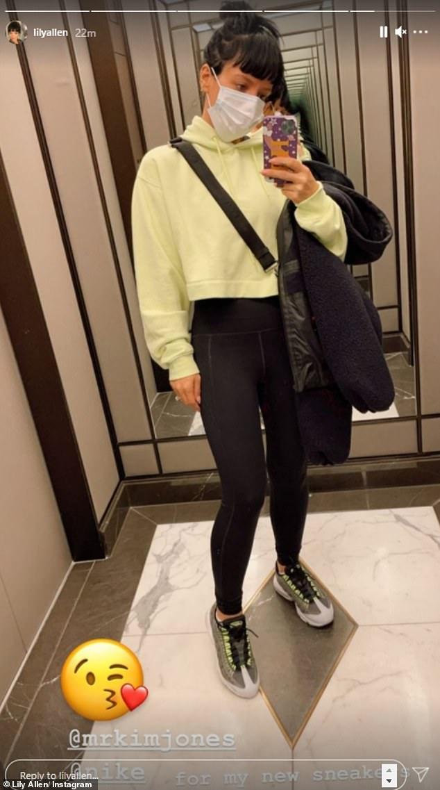 Lista para sudar: al principio del día, también compartió una foto de sí misma con una sudadera con capucha de color amarillo limón antes de su entrenamiento.