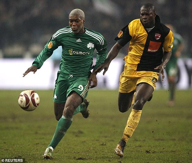 Cisse (izquierda) también jugó para el Panathinaikos griego durante dos años entre 2009 y 2011