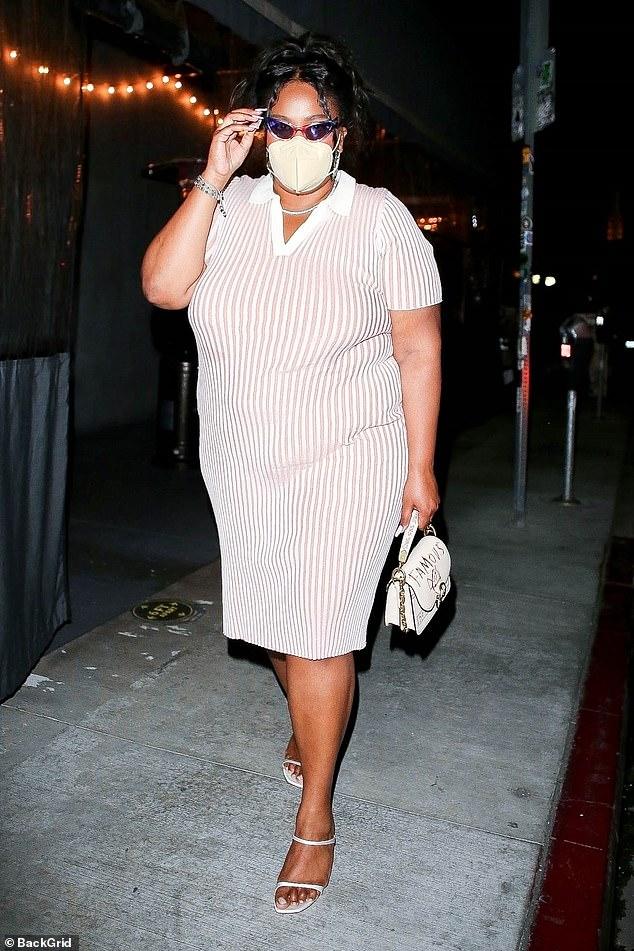 Ganarse sus rayas de moda: Lizzo se veía impecable el lunes por la noche en Los Ángeles, después de cenar en el punto de acceso vegano Crossroads Kitchen, con un vestido de camiseta tipo polo de rayas.