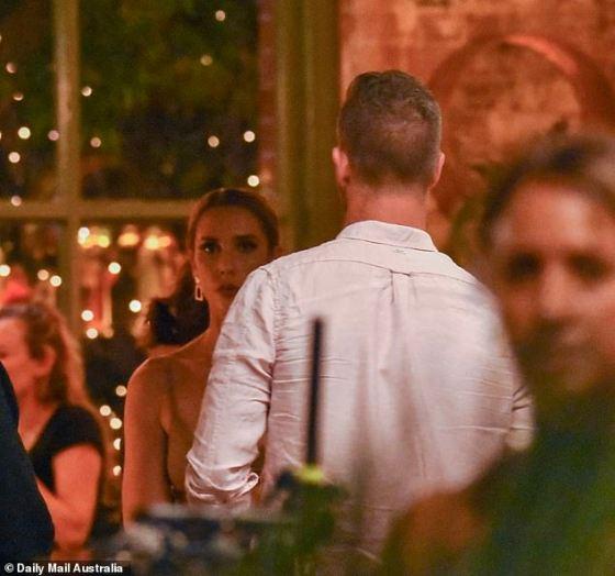 Apakah itu nyata?  Sementara itu, Jake Edwards dan istrinya di layar, Rebecca Zemek terlihat sedang mengobrol di sisi lain ruangan di tengah syuting skandal selingkuh Beck.