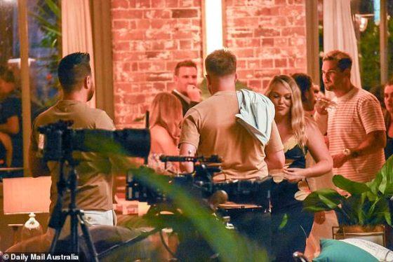 Mereka populer!  Meskipun tampaknya tidak memiliki teman di layar, pasangan kontroversial Bryce dan Melissa terlihat mengejar ketertinggalan bersama James Susler dan Johnny Balbuziente.