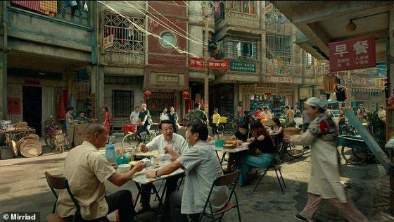 Gambar ini menunjukkan adegan dari acara TV China, dengan ruang kosong yang cukup besar di kiri atas, ideal untuk menayangkan iklan