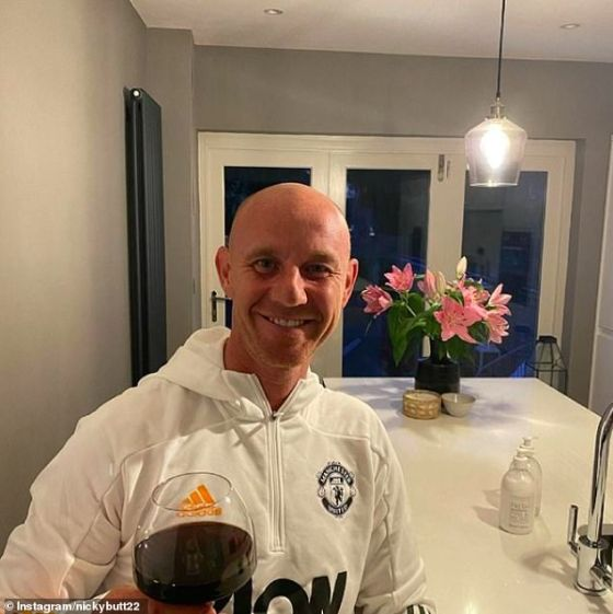 Butt, dressed in a Manchester United tracksuit top, appears to have toasted the deaths of the European Super League with a glass of red wine with a glass of red wine on Tuesday night