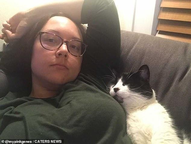 El día después de que le diagnosticaran cáncer a Kate.  Ella estaba adolorida y magullada por las dolorosas biopsias, pero Oggy no se tranquilizaría hasta que él estuviera aquí, en la foto.
