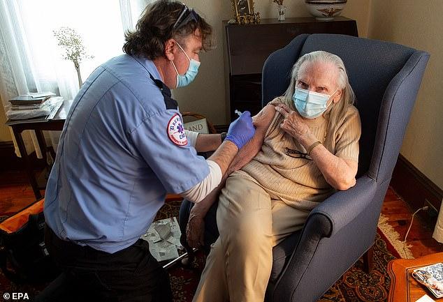 Las personas mayores de 65 años o más representan alrededor del 80% de todas las muertes por Covid en los EE. UU., Pero ahora más de dos tercios están vacunados.  El estudio no incluyó vacunas con la vacuna Johnson & Johnson, que está ayudando a los trabajadores de la salud a llevar las vacunas a las personas mayores en el hogar (en la foto, archivo)