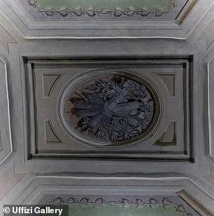 El techo restaurado con decoraciones vegetales del siglo XVIII.