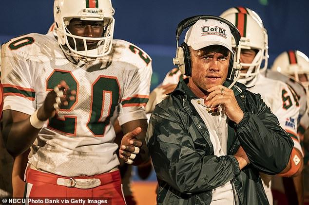 Orientación: Erickson ayudó al joven Dwayne (interpretado por el actor australiano Uli Latukefu) a lo largo de su carrera universitaria y le ofreció orientación mientras soñaba con un futuro en la NFL.