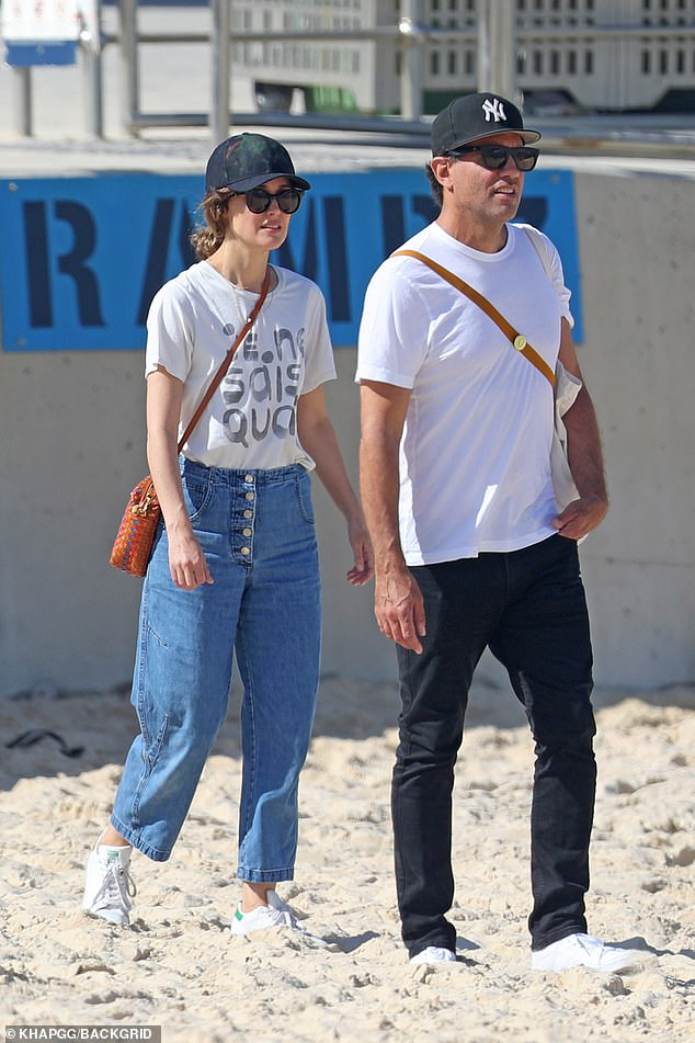 Casual cool:The Two Hands actress cut a casual figure in a pair of baggy jeans and a 'Je Ne Sais Quai' T-shirt