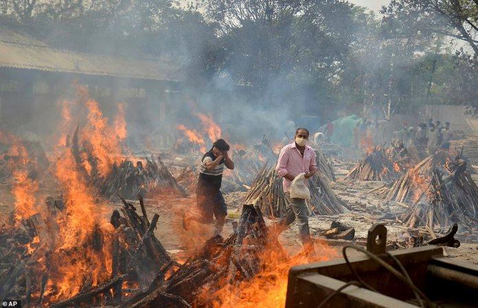 Las personas que asisten a un funeral en Delhi están rodeadas de piras en llamas en medio del brote de Covid de más rápido crecimiento en el mundo.