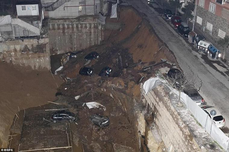 Se ha culpado a los antiguos túneles romanos y medievales de los sumideros en Roma, que originalmente se construyeron en las afueras de la ciudad.  En la imagen: un enorme abismo de 30 pies se tragó seis autos en 2018