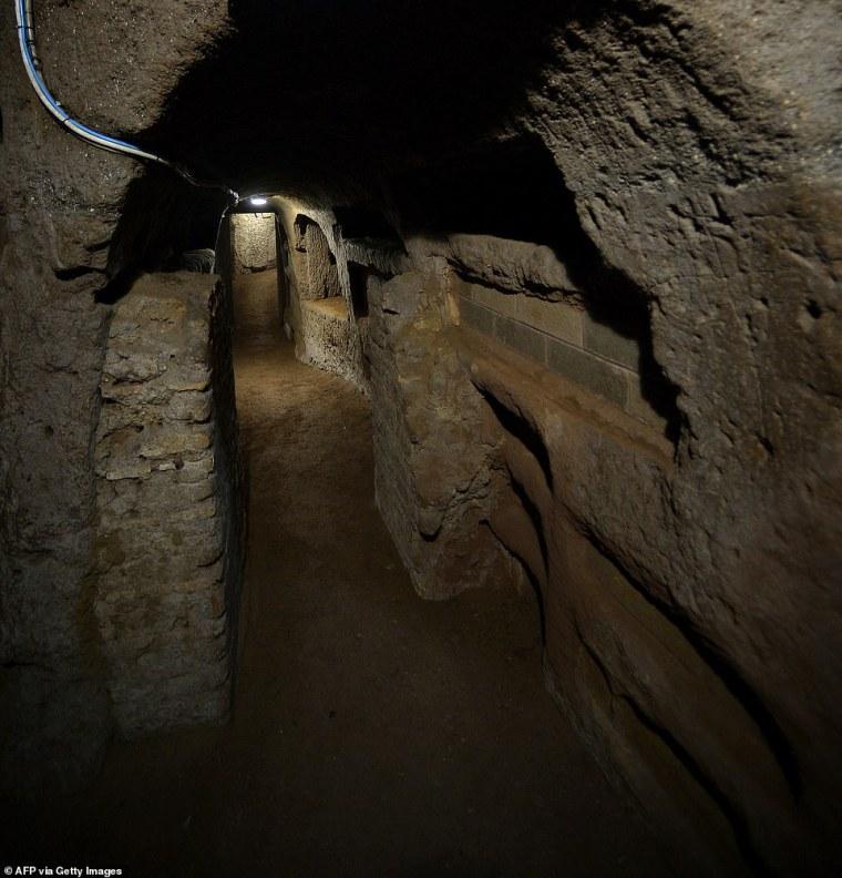 Las primeras catacumbas (en la foto: catacumbas de Santa Priscila en Roma) se excavaron junto a una cantera en las afueras de Roma.  Pero el Dr. Nisio dijo que estas áreas se han construido desde entonces, lo que ha llevado a 'resultados desastrosos' en algunos casos.
