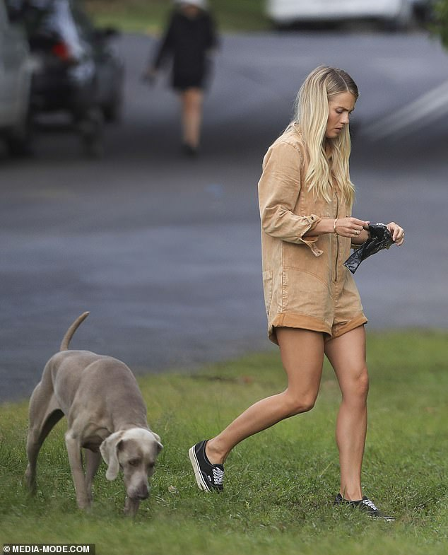 At one point, Elyse was seen pulling out a plastic bag to pick up her dog's droppings