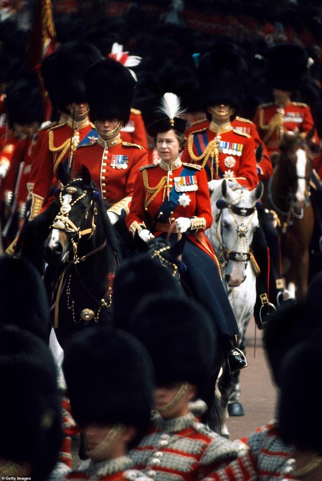 1976 — RIDING IN: Queen Elizabeth II rides her favorite horse Burmese down the Mall during the Trooping the Colour ceremony. Burmese, a black mare, was gifted to the Queen in 1968 and was ridden by the queen during Trooping the Colour for eighteen consecutive years, from 1968 to 1986. He died in 1990.