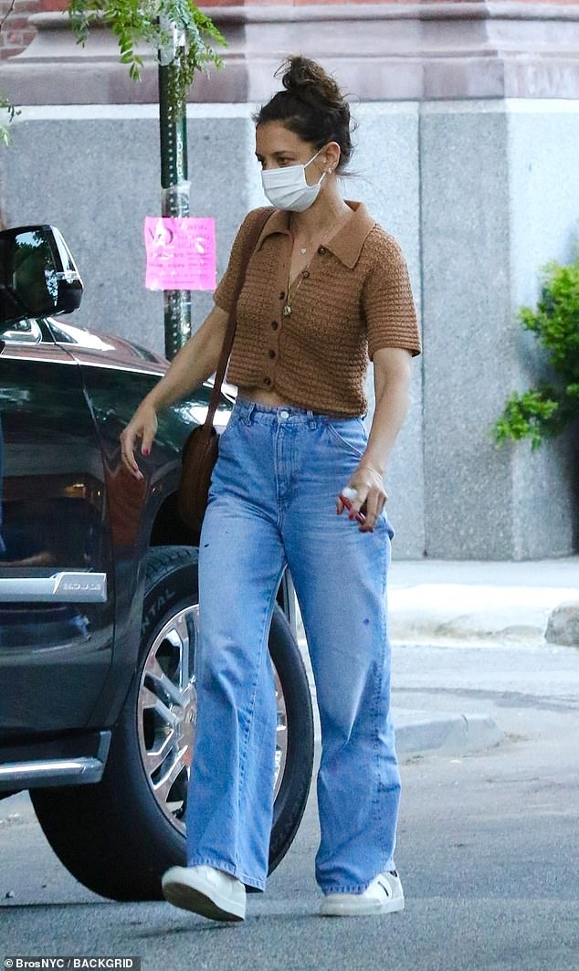 Chic:The actress, who recently ended her relationship with Emilio Vitolo Jr. after less than a year of dating, accessorized her casual look with two gold necklaces