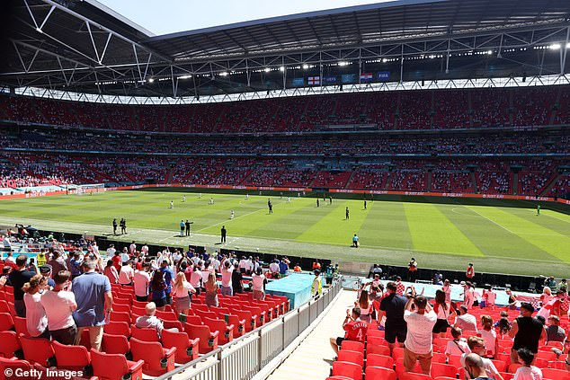 The majority of England flans applauded the players when they opted to take a knee