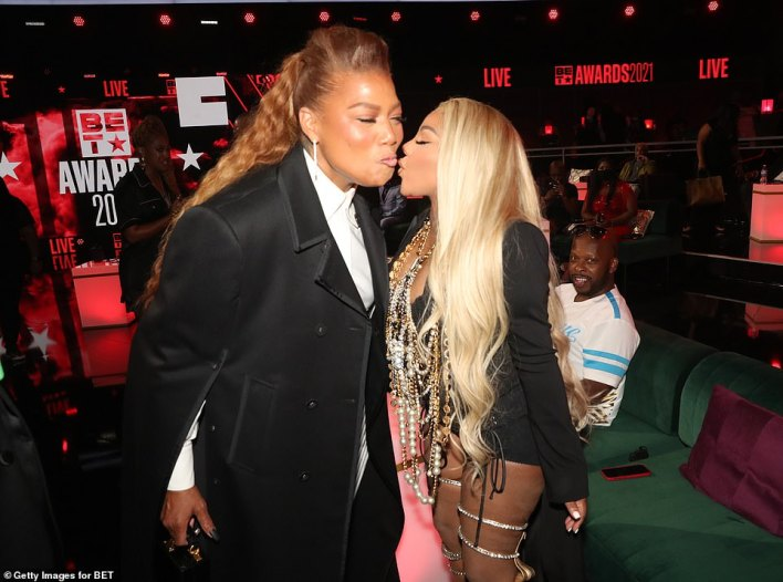 Spreading the love! Queen Latifah appeared to be kissing Lil' Kim on the cheek