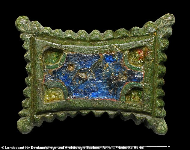 Numerous disc brooches from the Ottoman times, made of bronze, enameled and with glass inlays in a rectangular and circular shape were also found at the site