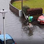 Uber Eats cyclist takes off his shoes to wade through flooded street to deliver orders in Edinburgh 💥👩💥