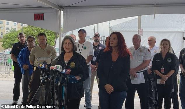 मियामी-डेड की मेयर डेनिएला लेविन कावा ने बुधवार शाम कहा कि 24 जून को सर्फसाइड में घातक कोंडो ढहने से मरने वालों की संख्या बढ़कर 54 हो गई है, 86 अभी भी बेहिसाब हैं क्योंकि उन्होंने घोषणा की थी कि दुर्घटना स्थल पर अभियान बचाव से संक्रमण में बदल जाएगा आधी रात को रिकवरी