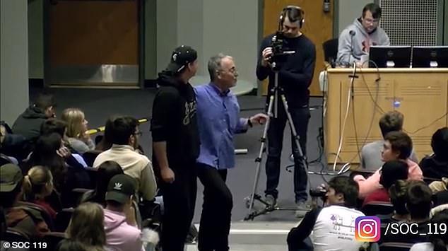 डॉ सैम रिचर्ड्स ने 30 जून को पेन स्टेट यूनिवर्सिटी में दौड़ पर एक व्याख्यान दिया। उन्होंने कक्षा से एक यादृच्छिक छात्र, रसेल (चित्रित) को सफेद विशेषाधिकार के उदाहरण के रूप में खींचा।