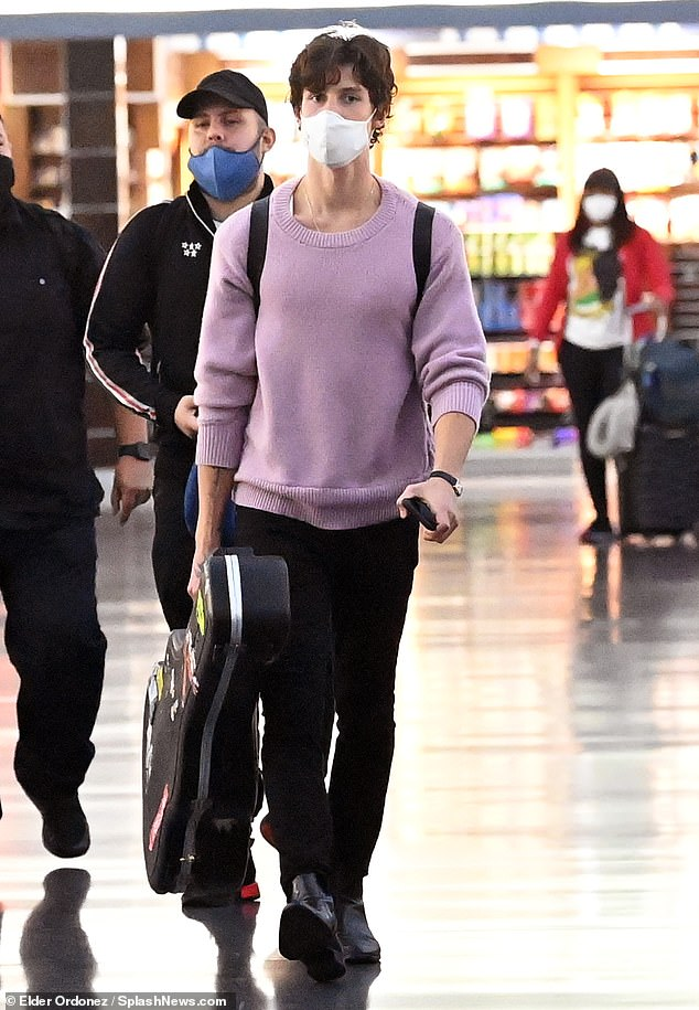 Handsome:Shawn was laid back in a pink sweater and skinny jeans