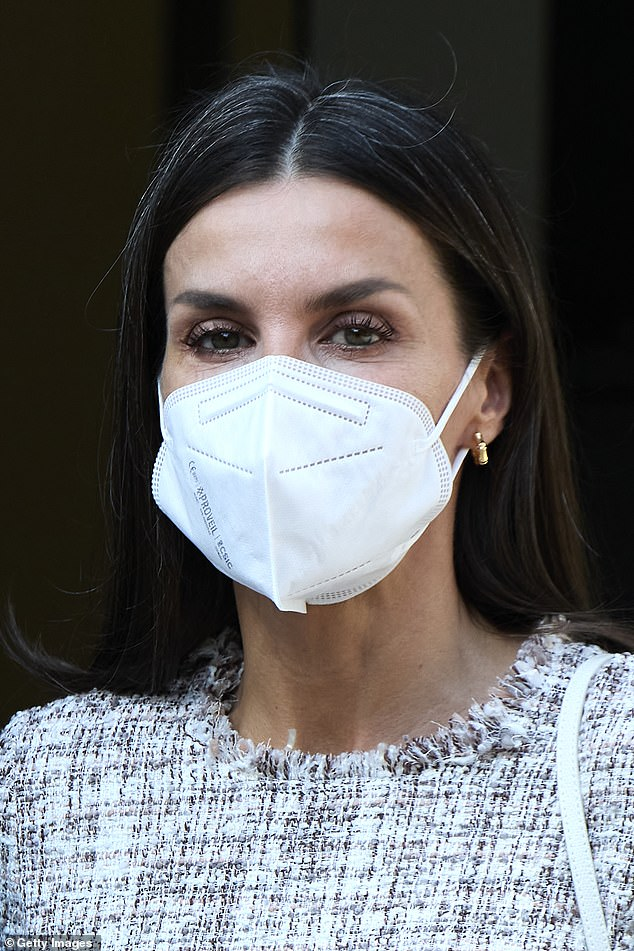 She let her slender brunette locks, with a few hints of silver-gray hair, fall over her shoulders and was Covid-safe during her visit by covering her mouth and nose with a white face mask