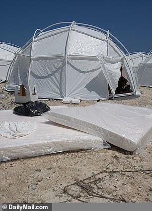 Camp Quinebarge wordt nu het Fyre Festival van zomerkampen genoemd.  Fyre Festival was een frauduleus op de markt gebracht muziekfestival dat luxe accommodaties op de Bahama's beloofde, maar in plaats daarvan de aanwezigen huisvesting bood in tenten in FEMA-stijl (hierboven)