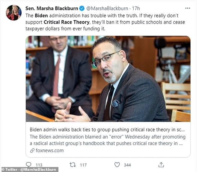 Tennessee Senator Marsha Blackburn beschuldigde Biden van een 'flip-flop' in een verklaring aan Fox, en eiste publiekelijk dat het Witte Huis scholen zou verbieden om Critical Race Theory te onderwijzen