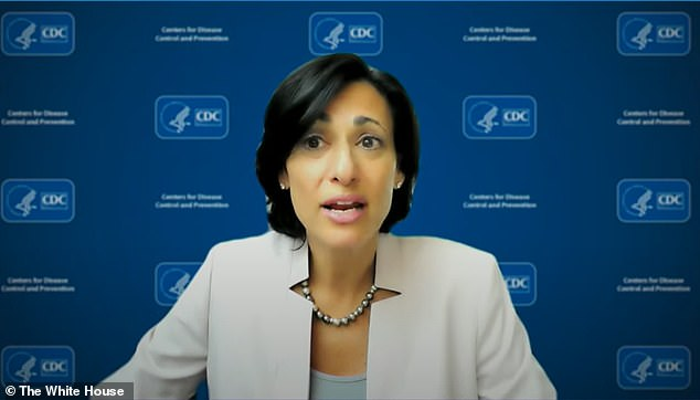 CDC-directeur Rochelle Walensky zei ook dat er geen verandering in het beleid voor gezichtsmaskers is, maar ze merkte op dat mensen de 'persoonlijke keuze' kunnen maken om er een te dragen voor meer bescherming