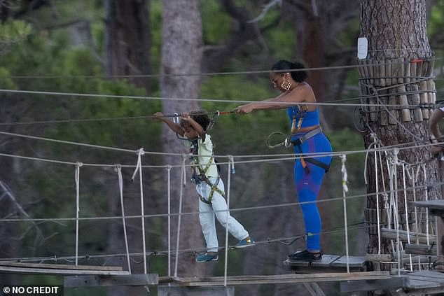 Wow !  Obviously not having vertigo, Alicia joined her children on the course located high in the trees of the beach