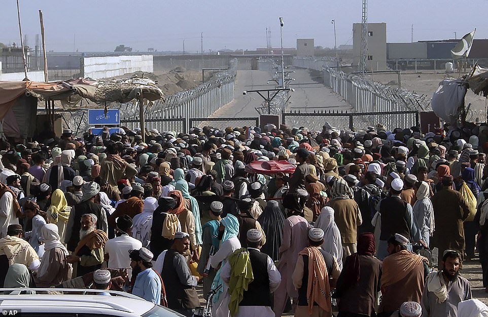Hundreds of people gather at the border crossing of Spin Boldak, which connects Afghanistan with Pakistan and has been closed since last week