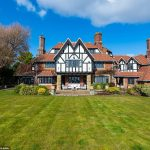 The Rolls-Royce of manors: Stunning beachside home built for chairman of car firm for sale for £3.6m 💥👩💥