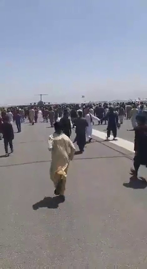 Thousands of civilians rush towards one of the last military planes leaving Kabu