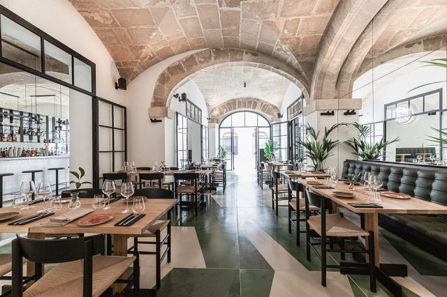 Pictured here is the dining room. It's where breakfast is served and in the evening it becomes theslick Xalest restaurant