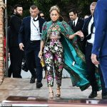 Jennifer Lopez leaves the price tag on her Dolce & Gabbana cape 💥👩💥