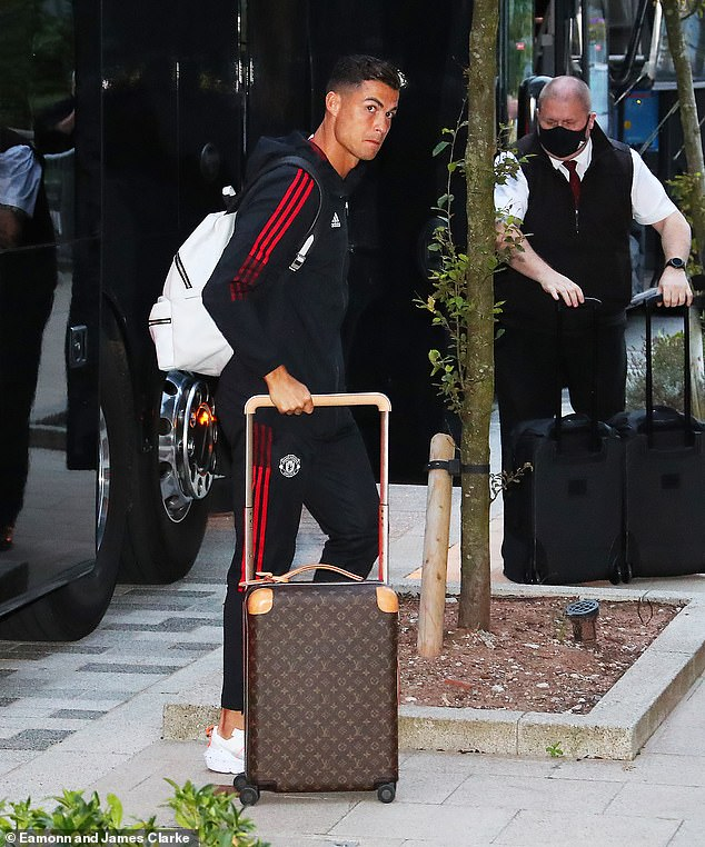 Ronaldo arrived with the Man United team at their hotel to prepare for Saturday's game