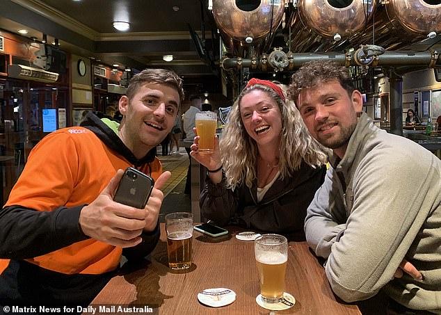 Les anti-vaccins de NSW ne seront exclus des pubs et des restaurants que pendant environ trois semaines dans le cadre du plan de réouverture de l'État. Sur la photo: les résidents de Coogee dans le pub avant le verrouillage