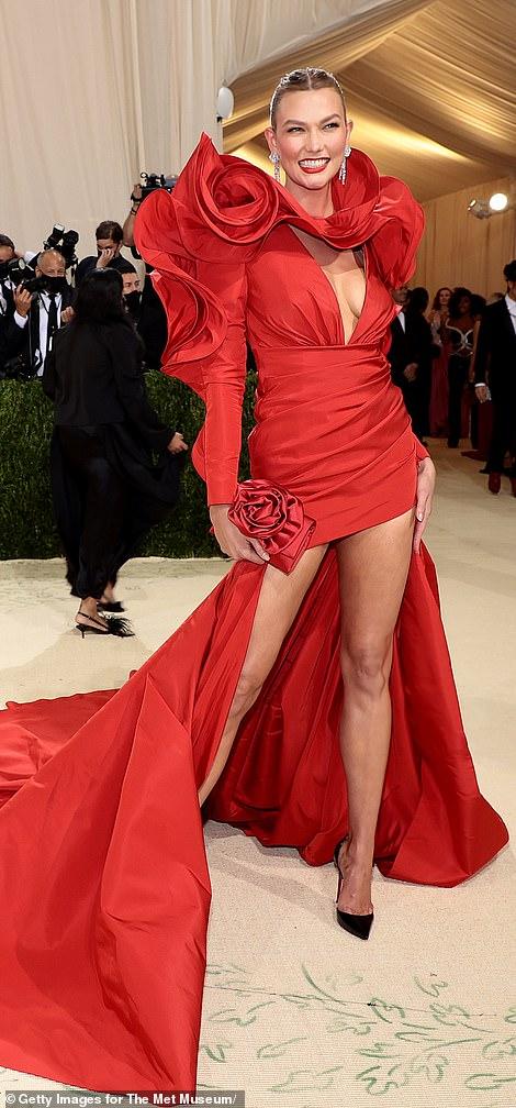 Karlie Kloss chose Carolina Herrera