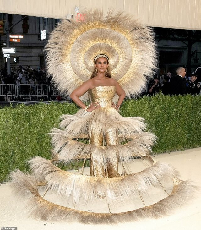 Supermodel Iman wore a show stopping Dolce and Gabbana creation with a Harris Reed headpiece