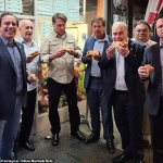 Unvaccinated Brazil President Jair Bolsonaro eats pizza on street after refused indoor dining in NYC 💥👩💥