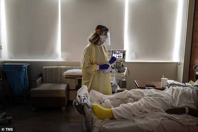 The researchers believe that hospitals could have managed resources better in the second half of 2020, avoiding using valuable resources on patients who died anyway.  Image: A physician assists a COVID patient at the hospital in Farmington Hills, Michigan on December 17