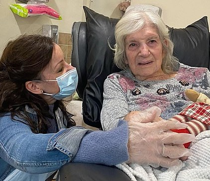 Ruthie Henshall visits her mother Gloria in her care home