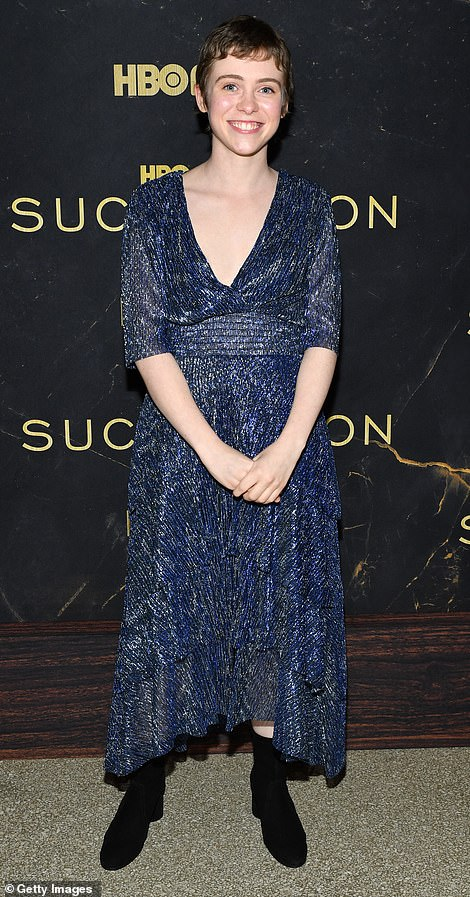 Beauty: I Am Not Okay With This actress Sophia Lillis showcased her beautiful makeup-free face on the red carpet, while donning a sparkly blue dress