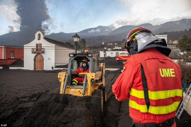 Personnel from the Military Emergency Unit are also helping to clear the ash from the volcano, currently blanketing the streets of the island