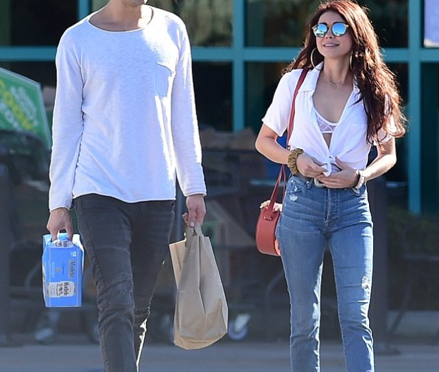 Sneak Peek Sarah Hyland Flashed Her Lacy Bra And Decolletage In A White Blouse That