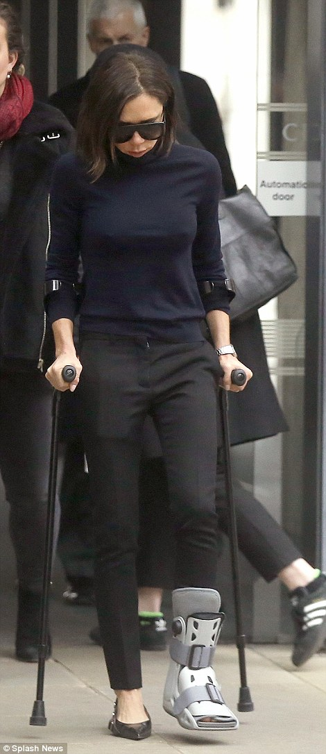 Victoria Beckham On Crutches After Mystery Injury Daily Mail Online