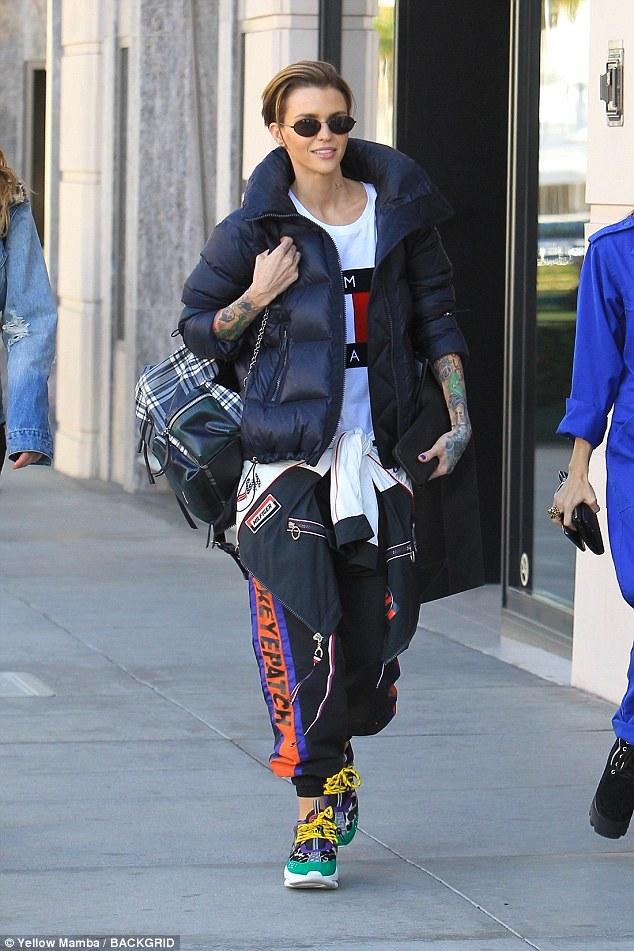 MC Ruby! La actriz de origen australiano optó por usar una chaqueta negra sobre la camiseta y un chándal colorido
